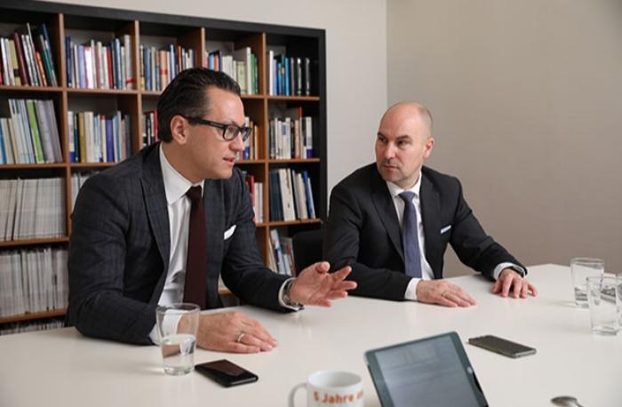 BMW - Sebastian Grabmaier (l.) und Oliver Lang, Vorstände der Jung, DMS & Cie., bei einem Besuch der FONDS professionell-Redaktion in Köln.