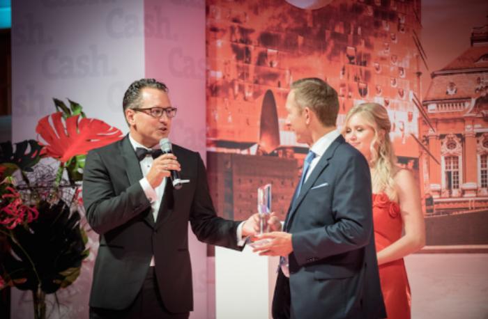 Preisträger Dr. Grabmaier bedankt sich bei Laudator und Cash.-Vorstand Gerhard Langstein für die Auszeichnung